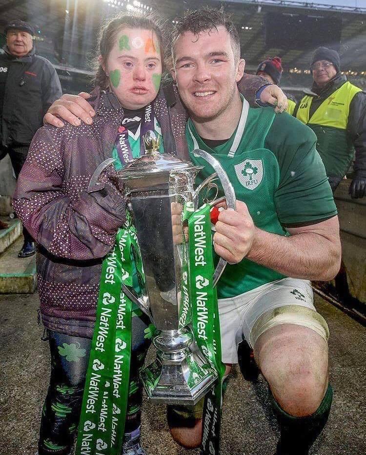 Peter O'Mahoney gives Jennifer his 6 Nations Winner's medal